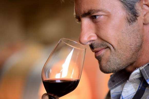 thưởng thức uống rượu vang